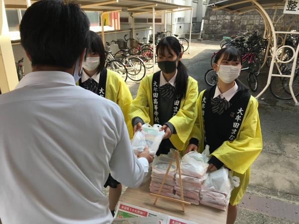 大牟田まなびや 売店前でみっけ高菜を販売